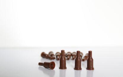 Pin chico marrón